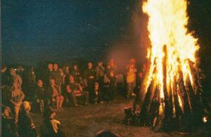 Edmonton, June 1999 — Alberta's Estonians gather around a bonfire, celebrating the 100 years since the first Estonian pioneers arrived in 1899. - pics/2012/06/36738_001_t.jpg