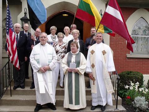 """Esimeses reas vasakult - Leedu katoliku preester Joseph Bacevice, Läti Luteri õp. Dr. Sarma Eglite ja Läti baptisti õp. Dr. Paul Barbins, ülejäänud on Balti Komitee liikmed ja lipukandjad. Foto võttis leedu  ajalehe """"Dirvas"""" kohalik  toimetaja  A.V. Matulionis. - pics/2012/06/36788_001_t.jpg"""