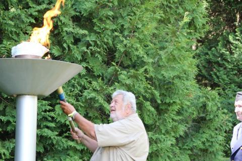 Jaanitule süütab aupeakonsul Kanadas Laas Leivat - pics/2012/07/36869_019_t.jpg