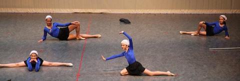 2.Kariina Järve (tagareas vas.) kuulub sel aastal  rühmvõimlejate hulka, kes juba ka võistlevad. Kevadpeol esitasid nad paindlikkust näitava võimlemiskava ja lustaka tantsu farmineiust luua ja kummikutega.Foto: Tauno Mölder - pics/2012/07/36912_002_t.jpg