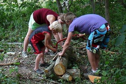 Kirve ja sae ohtustreening / Axe and Saw Safety Training. Kasvataja Colin Sõber-Williams lending a hand - pics/2012/07/37054_041_t.jpg