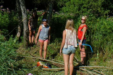 Kasvatajad Aleksa Del Castillo, Helmi Hess and Kersti Hansen creating the hammock - pics/2012/07/37054_042_t.jpg