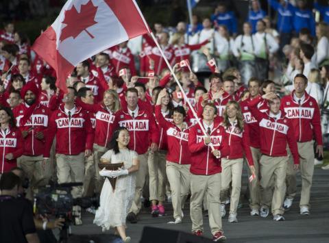 Kanada esindajad, lippu kannab Simon Whitfield - pics/2012/07/37055_002_t.jpg