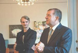 Kunstnik Mihkel Maripuu ja suursaadik Mart Laanemäe. Foto: Arvo Wichmann.  - pics/2012/08/37103_003_t.jpg