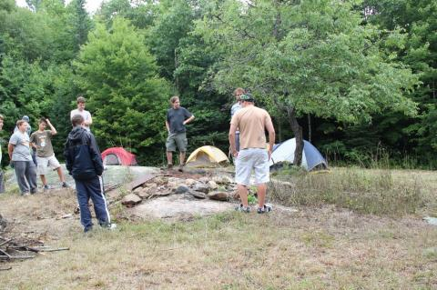 Skautide laager on ülesse pandud Uudismaal. Skaudid arutavad plaani punaste sipelgate eemaldamiseks laagri lõkkeplatsilt. - pics/2012/08/37184_007_t.jpg