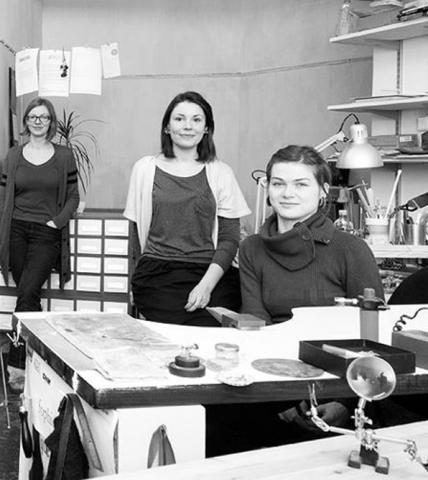 Merle Kasonen, Linda al-Assi ja Maarja Niinemägi on ka kolm stuudio Gram liiget. Kaasaegse ehte ateljee Gram asub Tallinna vanalinnas ja keskendub autoriehete tegemisele. Väikesed tiraazid, kaasaegsed materjalid ja klassikalised võtted.  - pics/2012/11/37996_002_t.jpg