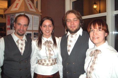 Jaan, Mariann, Markus ja Milja kontserdi vaheajal.  - pics/2012/11/38062_002_t.jpg