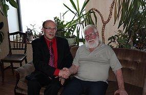 Eckard Klugi käis tunnustuse saamise puhul õnnitlemas ka Jõgeva maavanem Viktor Svjatõšev. Foto: Imre Väin - pics/2012/12/38093_001.jpg