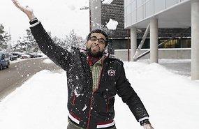 Palestiina tudeng Mohammed Abulamddi on bürokraatia läbinud ja õpib külmas Tallinnas küberkaitset. Lumega on ta juba sõbraks saanud. Foto: Sven Arbet - pics/2012/12/38107_001.jpg