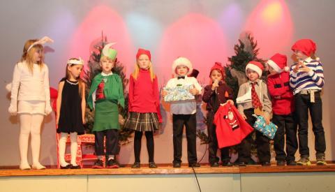 """Emakeele 1. klassi õpilased esitavad luulepõimiku """"Jänku jõulupuu"""" - pics/2012/12/38153_002_t.jpg"""