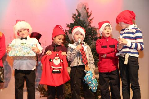"""Emakeele 1. klassi õpilased esitavad luulepõimiku """"Jänku jõulupuu"""" - pics/2012/12/38153_003_t.jpg"""
