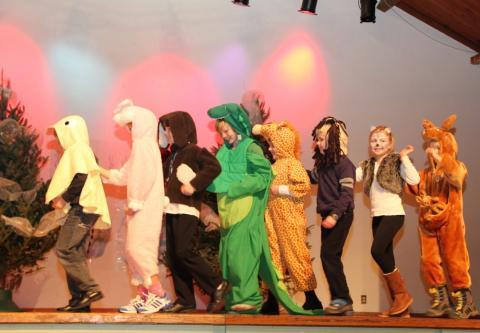 """Emakeele 2. klass esitas näidendi """"Rongisõit"""" - pics/2012/12/38153_004_t.jpg"""