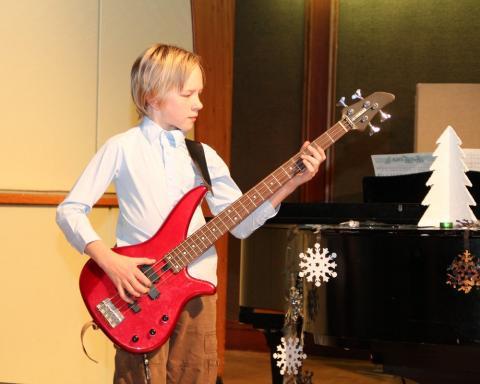 August Jalakas basskitarril - pics/2012/12/38153_021_t.jpg