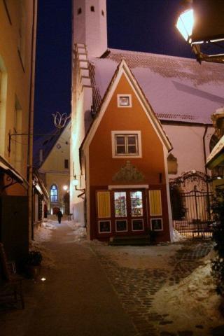 - pics/2012/12/38246_006_t.jpg