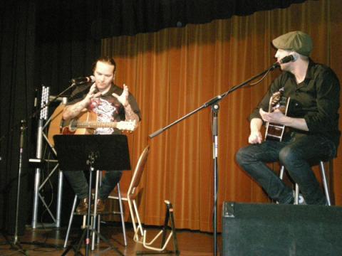Juhan Viiding sõnas ja muusikas - Jaagup ja Taavi, 29.12.2012. Foto: Aune Vetik - pics/2012/12/38305_008_t.jpg