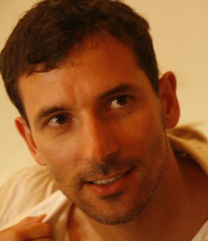 Raul Seepter on sündinud 1974. aastal Tallinnas. Ta on lõpetanud 42. Kutsekeskkooli ja 6. Kutsekeskkooli. Austraalias on tal lõpetamisel Advanced Diploma in Marketing. Raul Seepter tuli Austraaliasse 2003. aastal. Talle kuuluvad kaks firmat, ehitus- ja sisetöödele spetsialiseerunud BBW decorating ning impordifirma Nordic Beverages. Vabal ajal meeldib talle mängida tennist ja olla vee peal. Raul Seepteril on Austraalia kodakondsus.  - pics/2012/12/38306_001_t.jpg