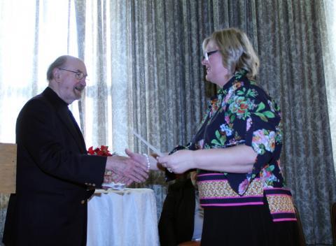 Toomas Saar annab üle Majandusklubi toetuse eesti Täienduskoolide esindja Eda Ojale - pics/2013/01/38328_006_t.jpg