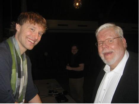 """CAP: """"Kojuigatsus"""" CD salvestamisel Toronto Eesti majas 28. jaanuaril 2013. Vasakul tenor Stephen Bell, paremal klaverisaatja Charles Kipper.  - pics/2013/02/38641_001.jpg"""