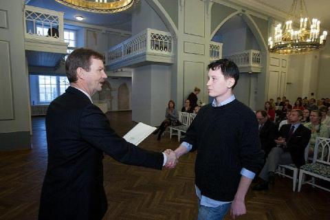 Tartu Ülikooli rektor prof. Volli Kalm annab üle Silvere-Pandi stipendiumi Indrek Lõbusale. Vastuvõtt toimus 3. detsembril 2012 TÜ ajaloo muuseumi valges saalis. - pics/2013/02/38770_001_t.jpg