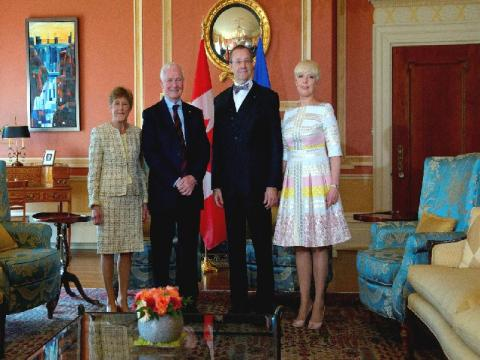 President Toomas Hendrik Ilves ja Evelin Ilves koos Kanada kindralkuberneri David Johnstoni ja Sharon Johnstoniga. - pics/2013/05/39272_001_t.jpg