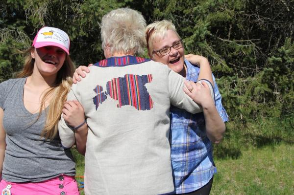 Keskel Marina Kaljurand tervitab talgulisi - pics/2013/05/39289_041_t.jpg