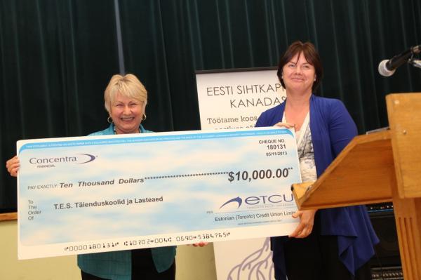 Toronto Eesti Ühispanga esindaja Anita Saar annab üle Concentra Financial annetuse - pics/2013/05/39416_029_t.jpg
