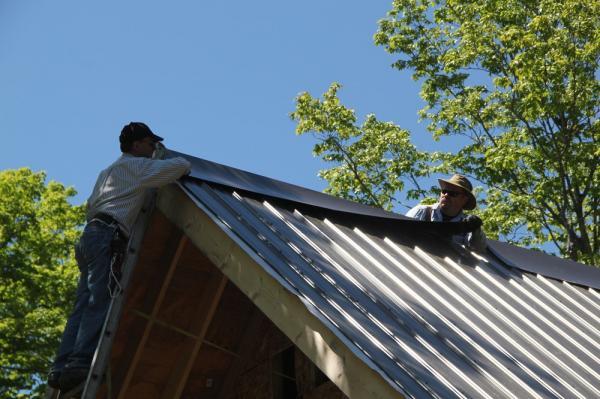 Endel Mell ja Alrek Meipoom Lembitu uue garaazhi katust panemas - pics/2013/05/39429_020_t.jpg