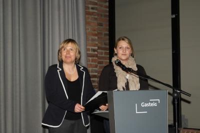 Filmipäevade peaorganiseerijad Karin Ladva-Zoller (vasakul) ja Karin Kitsing Müncheni linnaraamatukogus avasõnu lausumas.  - pics/2013/06/39490_001_t.jpg