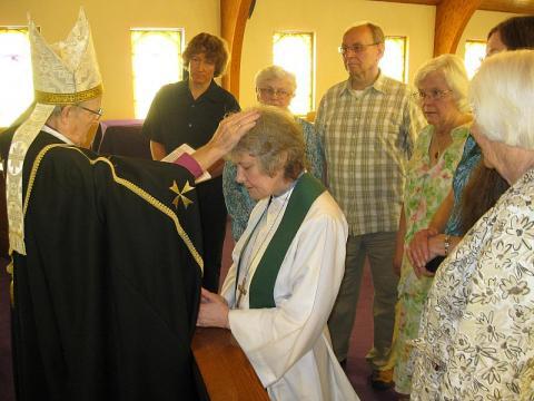 Piiskop Taul annab õp. Vahterile üle ametiristi. Foto: Eduard Pulst - pics/2013/07/39907_001_t.jpg