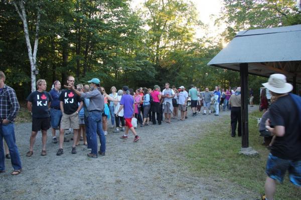 Õhtusöögiks oli kohale jõudnud palju inimesi - pics/2013/08/40115_054_t.jpg