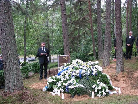 Peaminister Andrus Ansip kõnelemas Kintide haual - pics/2013/08/40130_003_t.jpg