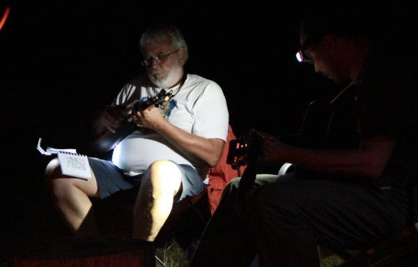 Õhtul lõkke ümber laulmas, vasakult Tiit Kao ja Olavi Kelle - pics/2013/08/40162_020_t.jpg