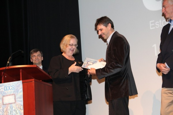 Mari Ann Tammarkile (Honourable Mention)annab auhinna edasi EÜSi esindaja Enn Varrik - pics/2013/10/40523_008_t.jpg