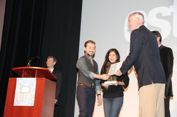 Kolmanda koha võitjatele Mike Dell ja Kim Bagayawa annab auhinna üle Tartu Colleg'i esindaja Jaan Meri - pics/2013/10/40523_010_t.jpg