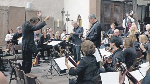 Boris Bagger dirigiert das Mandolinenorchester, hier mit Peter Lehel am Saxofon und Mi-chael Rüber an der E-Gitarre. Foto: Brüning - pics/2013/11/40652_001_t.jpg