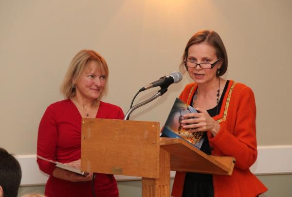 Vasakult üks VEMU kogumisvõistluse auhinna võitjatest Kristiina McConville ja VEMU peaarhivaar Piret Noorhani - pics/2013/12/40868_011_t.jpg