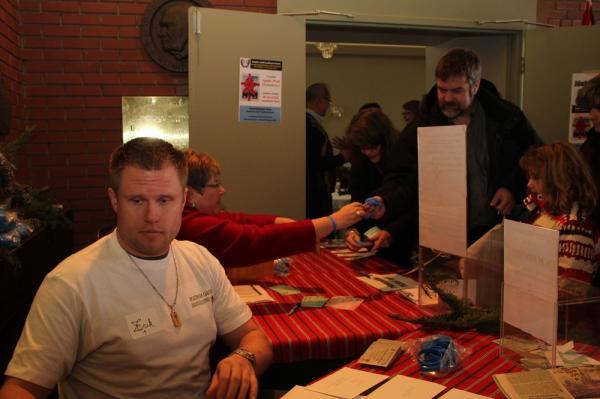 vasakul vabatahtlik Erik Miitel - pics/2013/12/40890_013_t.jpg