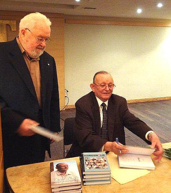 Üks kaasautoritest, intervjueeritu Asko Kütti saamas Eerik Purjelt autogrammi vastilmunud raamatusse. - pics/2014/01/41199_002.jpg