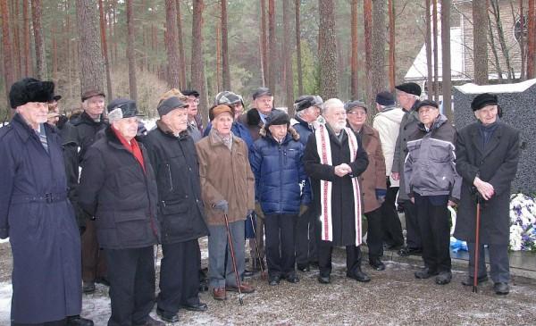 Foto: Soomepoisid Metsakalmistol oma relvavendi mälestamas. - pics/2014/02/41425_001_t.jpg