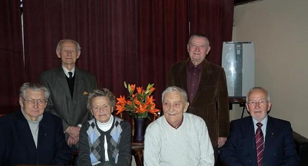 Soomepoiste Klubi juhatus, vasakult Paavo Loosberg, Asta Kaups, Raffi Moks ja Ylo Mark Saar, seisavad Johannes Vihma Erich Rämmel. - pics/2014/02/41486_001_t.jpg