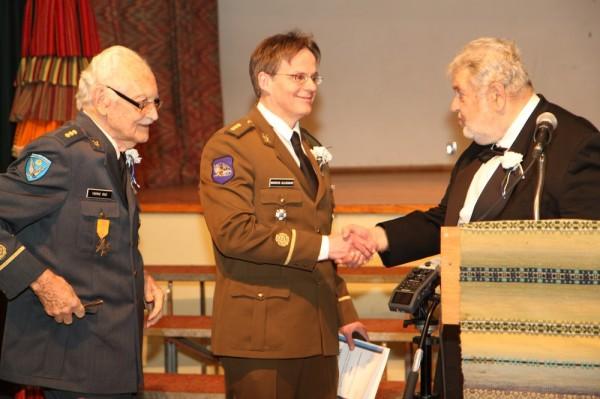 Leitnant Markus Alliksaar (keskel) sai peale uued õlakud Tarmo Raelt (vasakul) ja aupeakonsul Laas Leivatilt (paremal) - pics/2014/02/41535_015_t.jpg