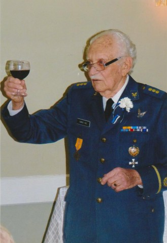 Lt. Tarmo Rae (former war pilot) raises his glassto the spirit of freedom in the current world - pics/2014/02/41568_003_t.jpg