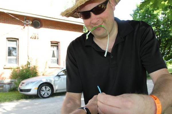 Abiline Tarmo Remmel paneb käepaela. - pics/2014/06/42499_002_t.jpg