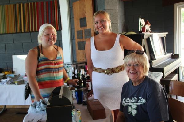Ühe loosi võitja Tormi Kimsto ja loosi läbiviijad Marja Kimsto ning Ene Rebane-Billings. - pics/2014/06/42499_021_t.jpg