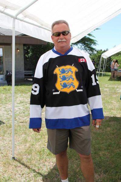 Tõnu Kärner proovib selga Eesti Sihtkapital Kanadas hokisärki. - pics/2014/06/42499_023_t.jpg