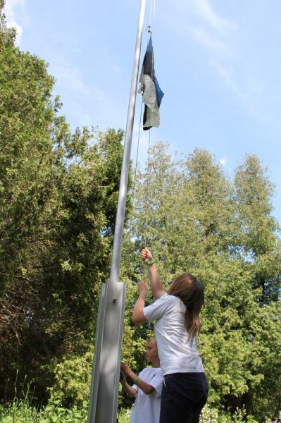 Marjaleena ja Brennan heiskavad lippu. - pics/2014/06/42499_034_t.jpg