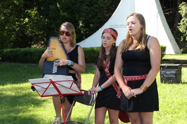 Laulavad andekad lauluõed Liivi, Merike ja Helmi Hess. - pics/2014/06/42499_054_t.jpg