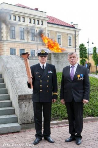 Võidusamba taastajad J.Trei ja M.Niklass Võidutulega- - pics/2014/06/42530_002_t.jpg