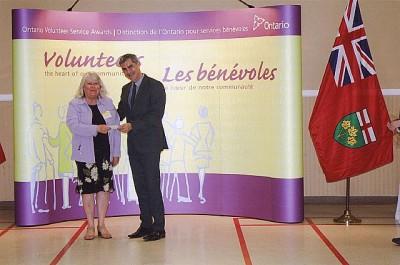 EKKT tegevliige Anne Lepp vastu võtmas Ontario Volunteer Service autasu Lindsay's. Foto: erakogust - pics/2014/07/42627_003_t.jpg