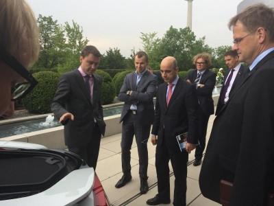 Pildiallkiri: Peaminister Taavi Rõivas külastamas BMW peakorterit, kus ta tegi ka proovisõitu BMW uue sportautoga i8, mis on Eesti lipu värvides. Foto: Riina Leminsky - pics/2014/08/42834_002_t.jpg